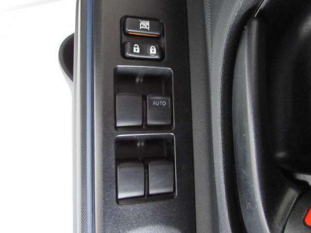運転席ドアトリム部の操作しやすいウインドウロックとパワーウインドウスイッチ。(同乗者やお子様への安全を配慮した集中ドアロックスイッチ付き)
