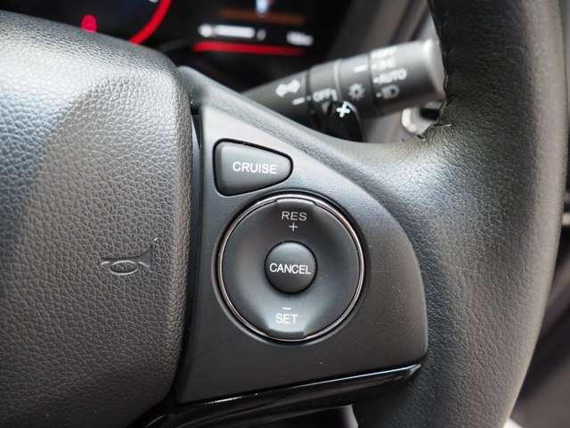 高速道路をラクラク走行クルーズコントロールシステムとマニュアル感覚でドライブできるパドルシフト付の本皮巻きステアリングです