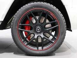 【レッドキャリパーとレッドリムのホイールの赤が効いてる組み合わせ】AMG 22インチアルミホイール(鍛造/7ツインクロススポーク) マットブラック レッドリム Edition 1 仕様とAMGのレッドブレーキキャリパー。