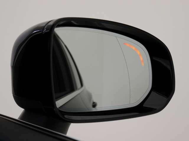 ブラインドスポットインフォメーションシステム(BLIS)搭載により、左右後方の死角をサポート。ミラーで捉えられない箇所を並走する車両/バイク/自転車等をリアセンサーが監視。巻き込みを未然に防ぎます。