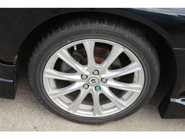社外アルミホイール。スタッドレスタイヤになります。持込タイヤやホイールセットの取り付けも出来ますのでご相談ください。