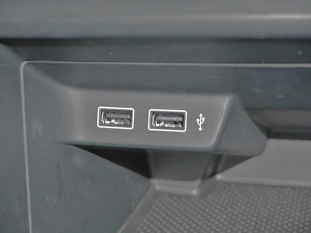 携帯電話の充電にも使用可能なUSBポート。