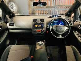 車内はシートヒーターやステアリングヒーターがついています!インテリキーなのでキーがポケットやカバンの中でもドアの開閉やエンジンの始動ができます!フロント、リアともにゆったりと座れるスペースがあります
