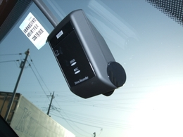 ドライブレコーダー装備!駐車時でも振動を感知すると起動し、録画してくれます!