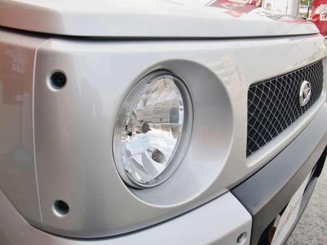 グリルはもちろん再塗装済みでヘッドライトも交換済み。フロントバンパーをマットブラックにすることでRV感出てますね。