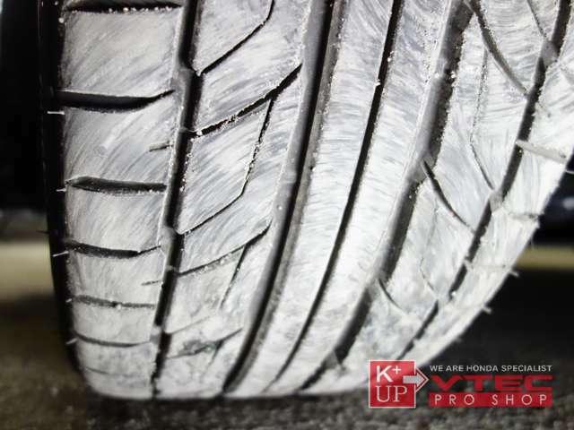 タイヤ溝も十分にございます。タイヤサイズは235/35R19。溝は残量十分でこのまま使っていただけます。タイヤ交換やシーズンタイヤもお任せください。