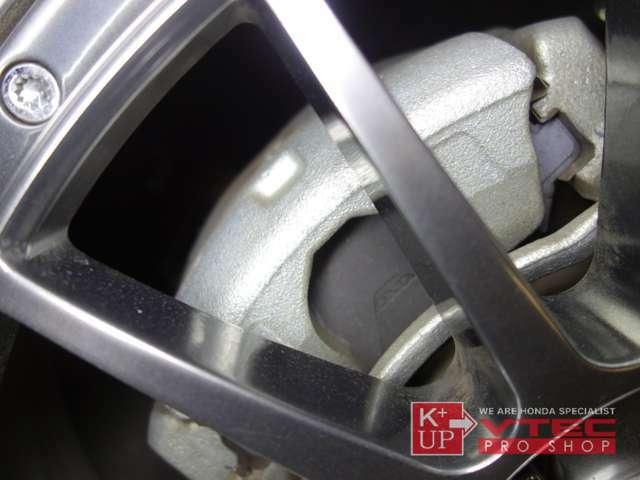 ブレーキキャリパーもオリジナルの銀色のまま。焼けなど無縁な見た目です。ローターとの当たり面も良好で、このまま長く使っていただけます。