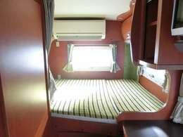 リアは常時タブルベッドです!家庭用エアコンも発電機を使用すれば、サブバッテリーを気にすることなく使用可能です!