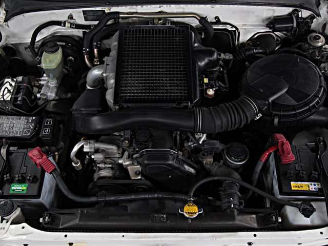 普段あまり目にすることのないサーフの心臓部であるエンジンルームは、内外装と同じように経過年数と共に汚れていきます。当社オリジナル、エンジンルーム高圧洗浄クリーニングのエンジンデグレザーを施しています!