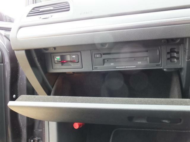 グローブボックスの中にETC、CD、DVD、SDカード挿入口がございます。
