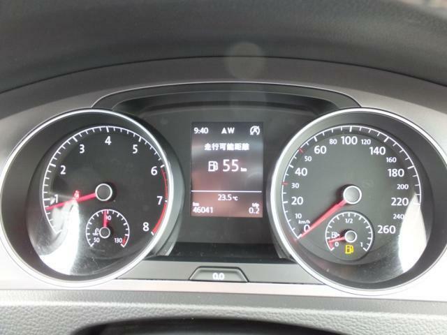 中央のディスプレイは走行距離や燃費などお好みの設定にしていただけます。