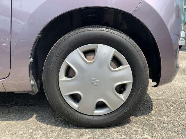 タイヤはノーマルタイヤをはいており、タイヤ山はおおよそ各4分山程度、タイヤサイズは155/65R13となります。 スペアタイヤは積み込みです。 傷が多いお車なので、覚悟と信念を持って、乗り回して下さい