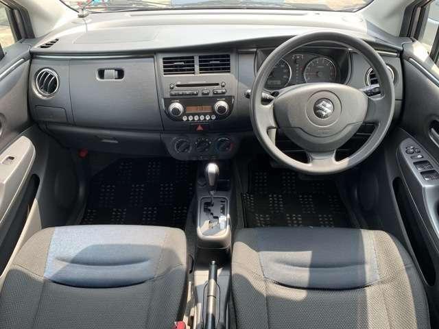 内装も中古車ですので全体的にうす汚れ使用感があります。運転席や各ドアトリム・カーペット、ハンドルシフト天張りなどにうす汚れ擦れ使用感がありますが、全体的には年式の割には良好な状態という印象を受けました