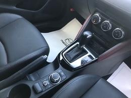 【コマンダーコントロール】ドライバーが自然に手を降ろした位置にコマンダーコントロールをレイアウト。走行中も視線を移すことなく安全にナビなどの利便情報や各種設定などの走行情報を手元で操作可能です。