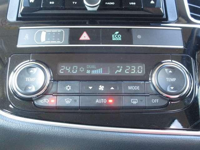 左右独立して温度調節の出来るフルオートエアコン!!助手席の方も快適です!!
