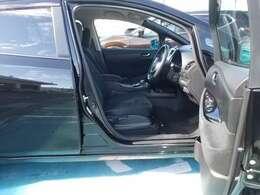 ドアの開口部が広く乗り降りをする時も便利です。ラチェット式シートリフターなので座ったままでもシートの調整ができ便利です。