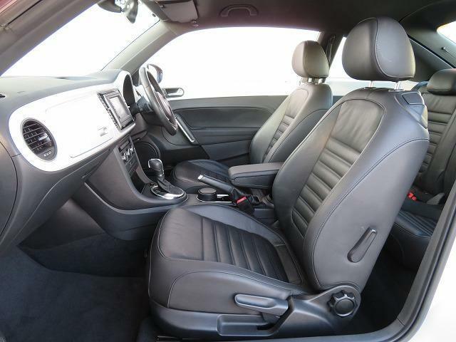 人間工学に基づいて設計された本革仕様のスポーツシートを採用しました。(シートヒーター標準装備)