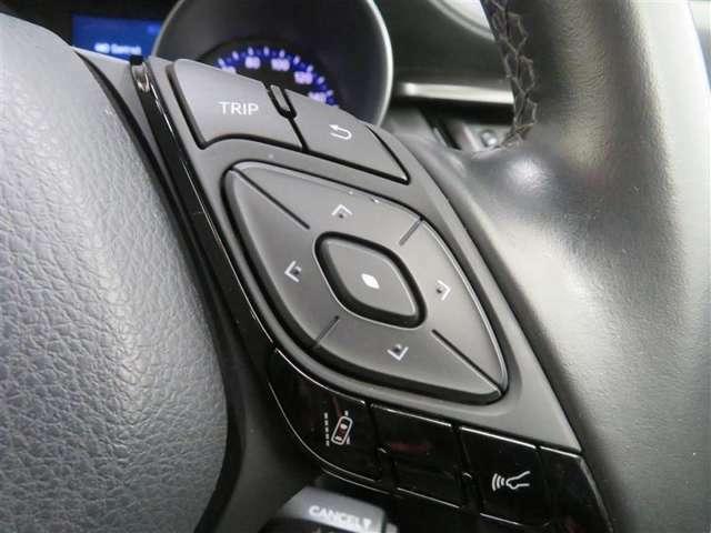 ハンドルを握ったままマルチインフォメーションディスプレイの操作とオーディオ操作が可能なステアリングスイッチを装備。