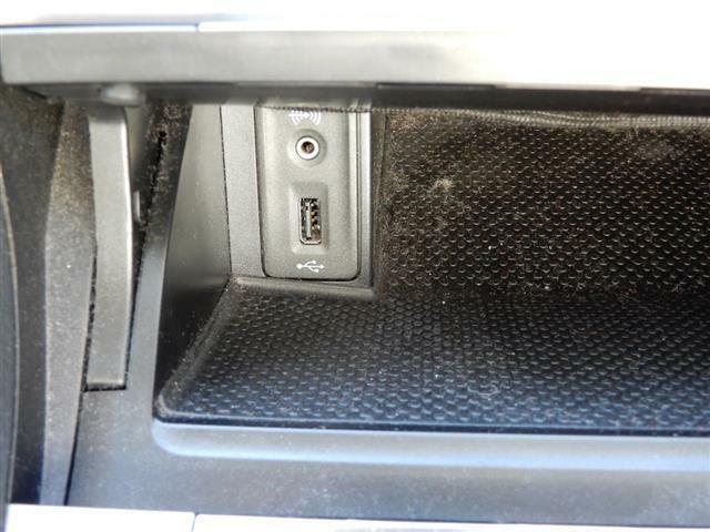 USBデバイス接続端子、オーディオ外部入力端子搭載。