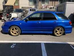 WRブルーにゴールドのホイールが映えます。車検ありますので試乗もOKです!!