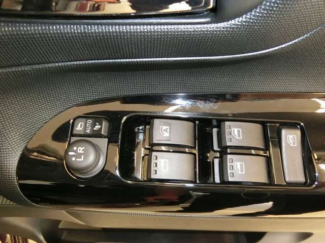 走行中に空気の入れ替えをする時、運転席から後部座席や助手席や後席ののウインドウを上げ下げの調整ができるパワーウインドウ!