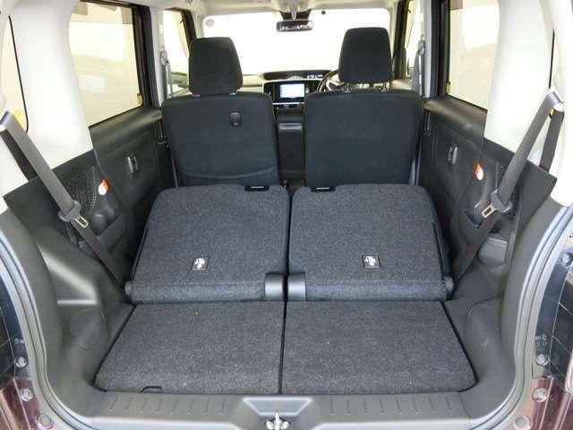 トランクルームは荷物に応じた使い方ができます。リヤシートをスライドしたり、倒せば大きな荷物も乗りますよ。下部にはスペアタイヤやパンク修理キットなどを収納する所がある車が多いです。