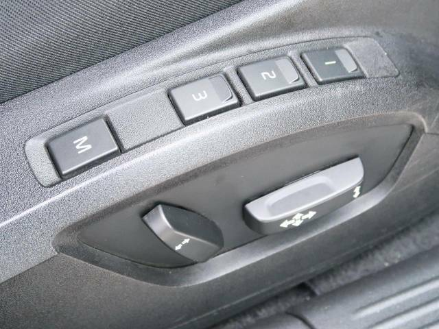 【パワーシート】スイッチ一つで簡単にシート位置の微調整が可能!電動だから力もいりません!自分に最適なシートポジションにセットして、快適なドライブをお楽しみください。