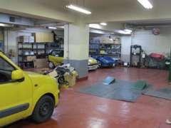 1階の他に地下にも中古車の展示スペースがございます。
