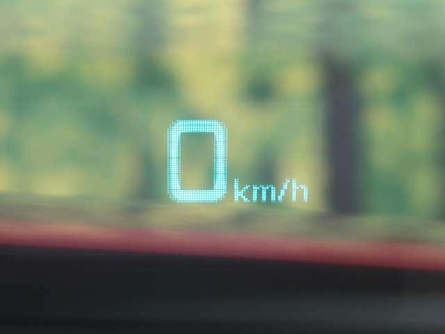 【ヘッドアップ・ディスプレイ】車のフロントにスピードメーターを映す特別装備品。 ガラスの上に映像が映るので、ホログラフの様な近未来感が感じられます。