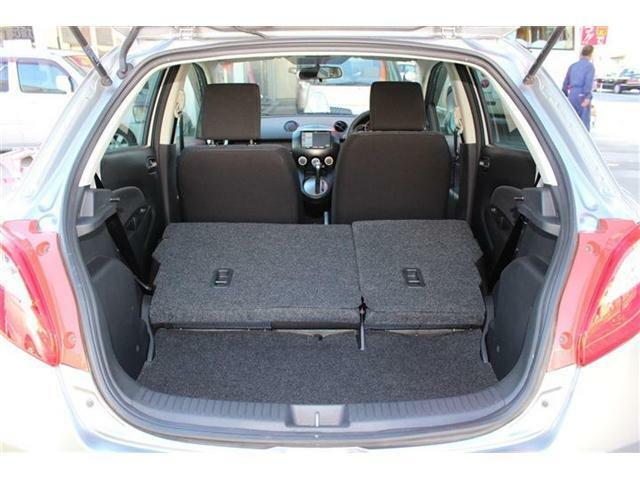 後部座席も簡単に倒せます♪小さなボディでありながら、大きな荷物もしっかり積み込めます♪