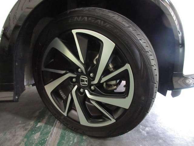 タイヤはダンロップ エナセーブ 7分山程度 2020年製がついています。そして足元を精悍に引き締めるホンダ純正18インチアルミホイール、おしゃれは足元から、カッコイイですね!