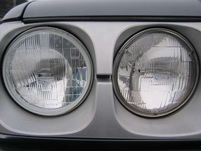 この独特の丸目4灯がノスタルジックな雰囲気をより濃くします。