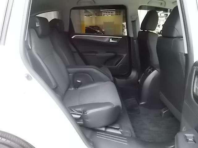 2列目Vスライドキャプテンシートはリラックスして座れるようシートの着座位置が低く設定されています。さらに大型固定アームレストでパーソナル感のあるスペースを演出しています。