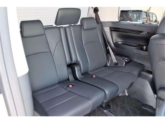 サードシートは前後スライド機能付です。足下を広く確保したり、ラゲッジスペースを確保したり、使い勝手のよいシートです。