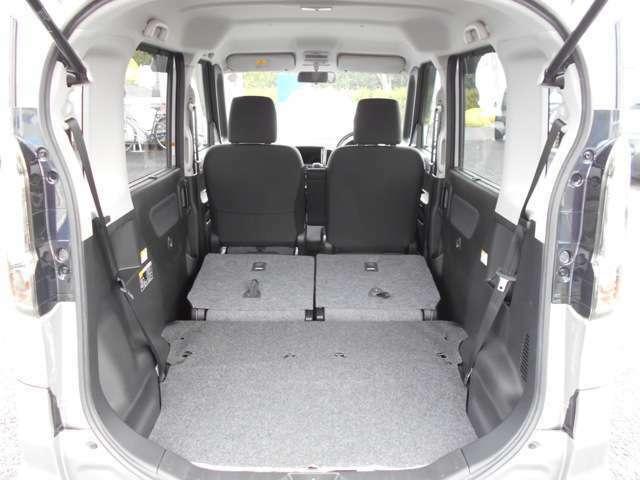 後部座席を倒すとフラットなスペースとなり、大きな荷物でも積めちゃいます☆