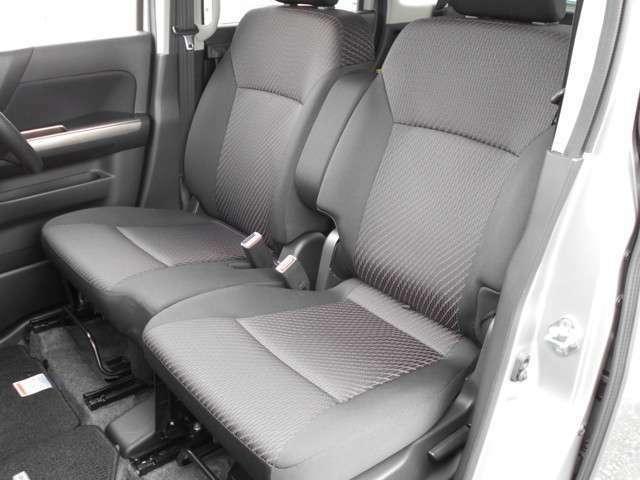 運転席、助手席、後部座席ともにシートのヘタリやスレ、コゲ穴なども無く外装面同様とても綺麗な状態です。