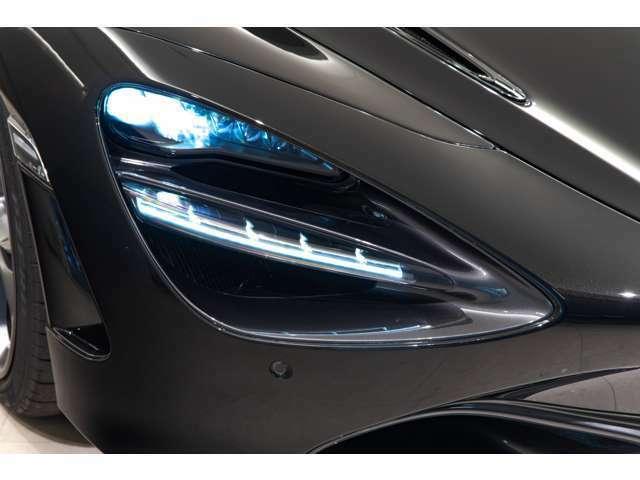高光度のヘッドライトは夜間走行の視認性を確保するだけでなく、720Sの存在感を引き立ててくれるデザインでございます。
