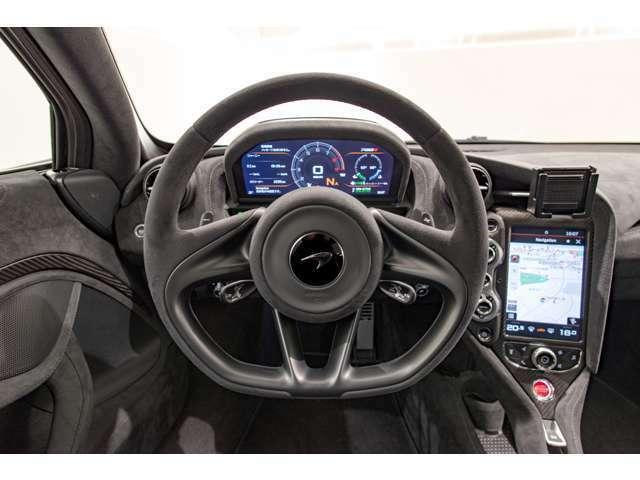 今回入荷の720Sは新車時オプションでアルカンターラステアリングが選択されております。