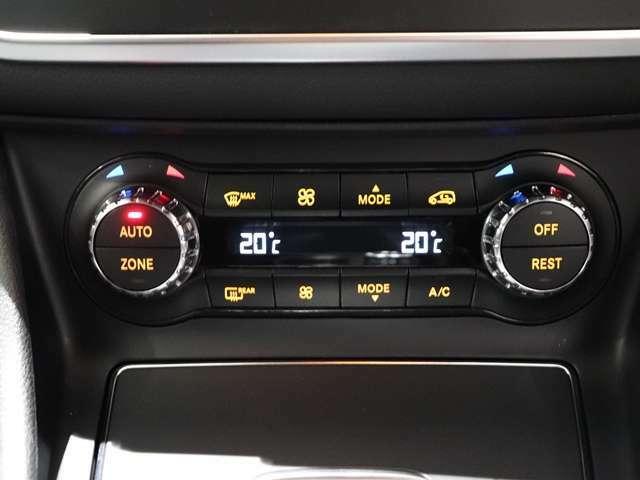 【クライメートコントロール付きでそれぞれ快適な温度に!】運転席、助手席で独立して温度調整が可能。室温や外気温の変化に応じて、設定に合わせた温度と風量を自動的に調整します。