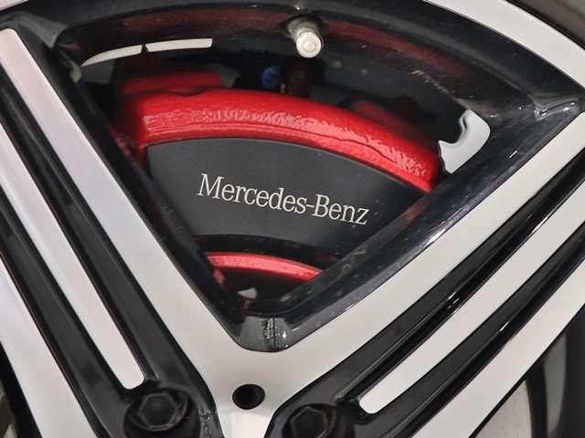 【ロゴ付きレッドブレーキキャリパー】Mercedes-Benzロゴ付きのレッドブレーキキャリパーで足元にもレッドのアクセント♪