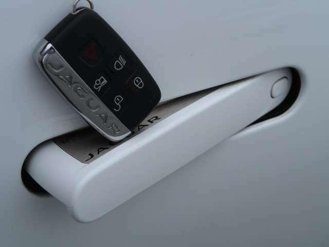 【ディプロイアブルドアハンドル】画期的なデザインの、走行時に格納されるドアハンドルです。【キーレスエントリー】バッグやポケットからキーを取り出すことなく車にアクセス可能です。