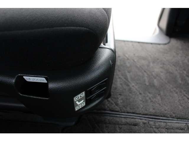 シートの前後スライドと背もたれのリクライニングも電動です。スイッチはシートの右側に付いています。