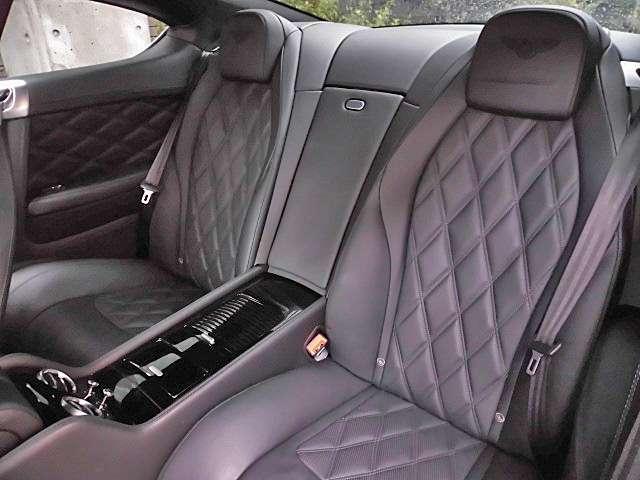余裕のスペースが確保されゆったりと着座できるリアシート!