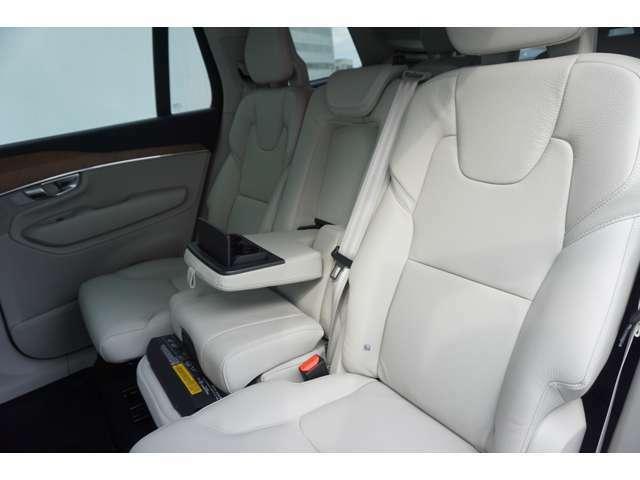 リアシートもしっかりとスペースが確保されているので長距離のドライブでも疲れにくいですよ!