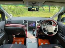 広く、綺麗で高級感のある運転席です♪赤みのある木目は内装のアクセントに!