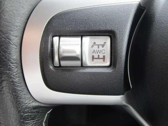 ステアリングにはS-AWCモード切替スイッチ。路面状況に応じてターマック・グラベル・スノーの3モードで選択できます。