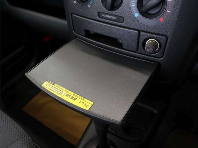 小物置きは車内でちょっとしたお食事やメモを取る際にも活用頂ける便利な装備です。
