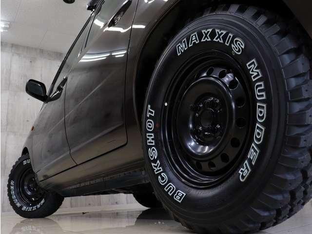 足元はブラックスチールホイールに新品MAXXISホワイトレターオールテレーンタイヤを装着いたしました。