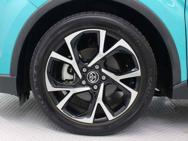純正18インチアルミホイール(切削光輝+ブラック塗装/センターオーナメント付)装着。タイヤサイズ225/50R18