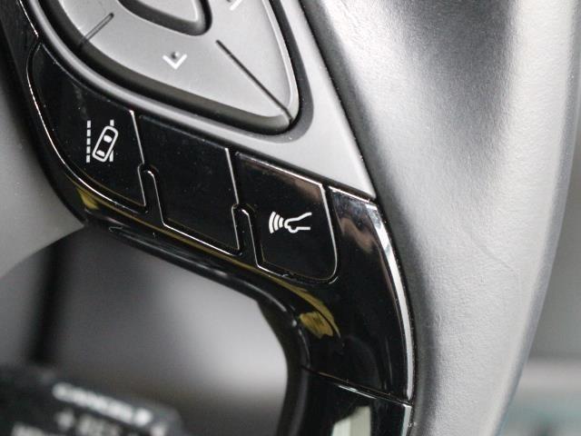 ミリ波レーダーと単眼カメラで先行車を認識し、車速に応じた車間距離を保ちながら追従走行を支援します。高速道路の渋滞走行時など、停止・発進を繰り返すシーンで、ドライバーの運転負荷を大幅に軽減します。